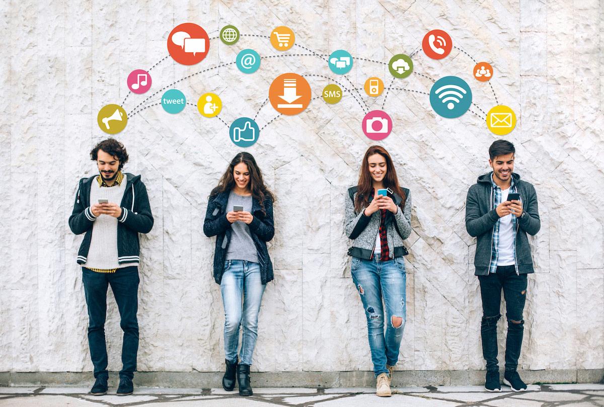 مواقع التواصل الاجتماعي تزيد العزلة وتولّد الحسد