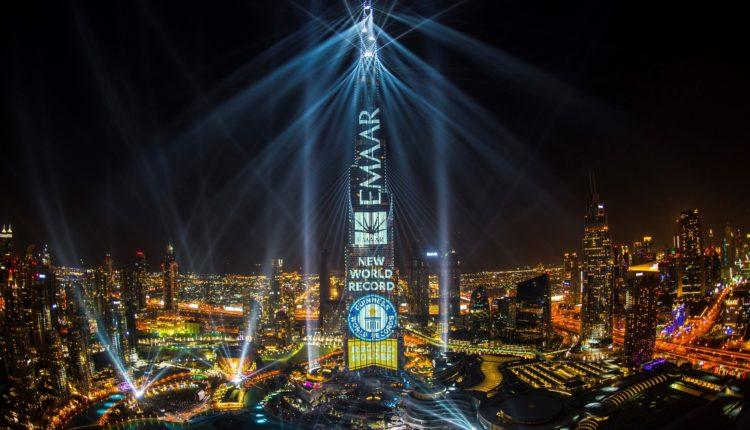 برج خليفة يسجل رقماً قياسياً جديداً في سجل غينيس للأرقام القياسية من خلال عرض ضوئي شديد الابهار