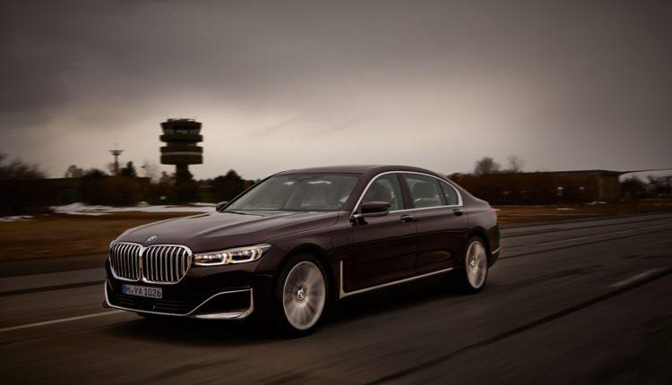 بي إم دبليو تزود مجموعة من سياراتها الجديدة بمحرك طولاني سداسي الأسطوانات وبطارية مطورة عالية الجهد