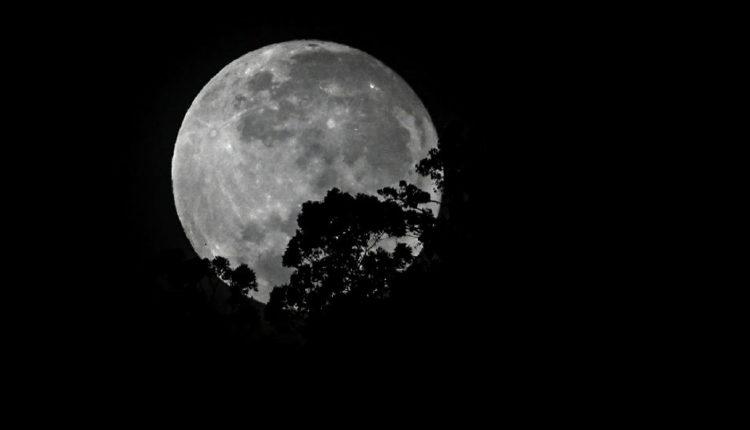 الصين تطلق مسباراً إلى القمر لجمع عينات من الصخور والغبار