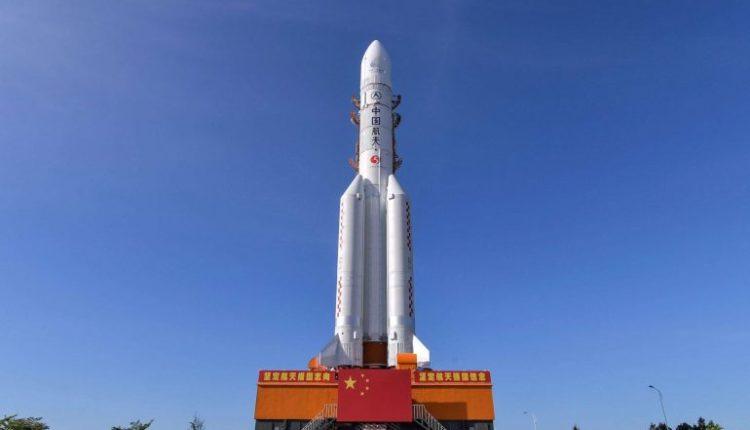 الصين تطلق مسباراً لجمع عينات من الغبار والصخور القمرية