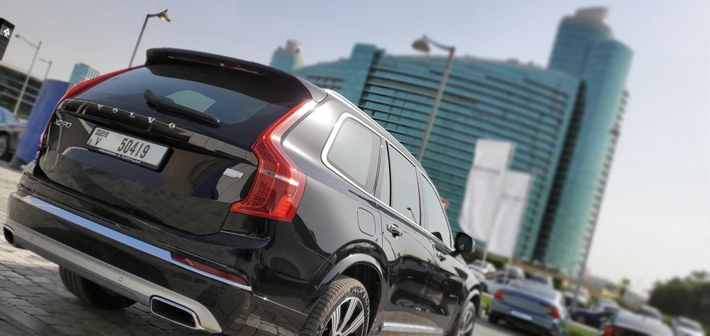 فولفو إكس سي 90 تي 8 ريتشارج - أمام مقر الوكيل في دبي
